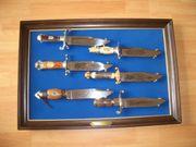 6 Bowie Messer auf blauen