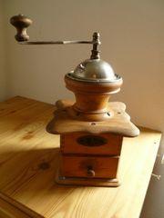 Schöne antike funktionierende Handmühle - Kaffeemühle
