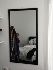 Massiver Spiegel mit dunklem Holzrahmen