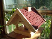 Vogelhaus mit Futterspender