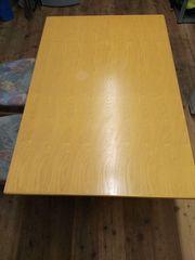 Holztisch mit 2 Stühlen