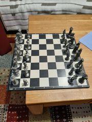 Schachbrett mit Zinnfiguren