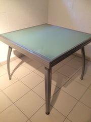 Ausziehbarer Glas-Esstisch und 4 Stühle