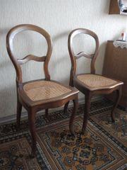 2 alte Stühle mit Flechtwerk