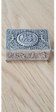 Singvogeldose aus Silber mit Schlüssel