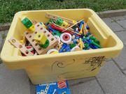 Kiste mit HEROS Constructor Holzspielzeug