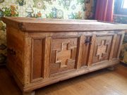 Antike Holztruhe mit Metallbeschlägen samt