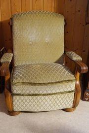 Hochwertiger schwerer Sessel mit Fußhocker
