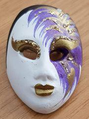 Karnevalsmaske als Brosche in reiner