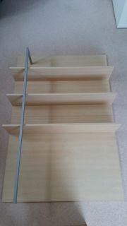 Holzregal mit Metallstange