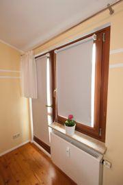 Neuwertiges Innenrollo am Fenster hochreflektierend