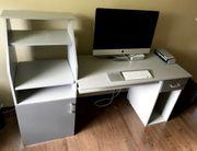 Grauer geräumiger Schreibtisch