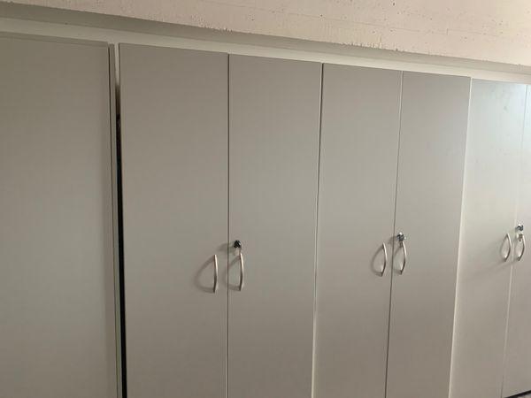 Schränke in Grau mit Schlüssel