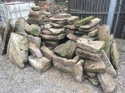 Standsteinplatten und Steine aus dem