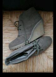 Schuhe mit Keilabsatz in taupe