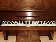 Altes Klavier mit Dämmung Lärmschutz
