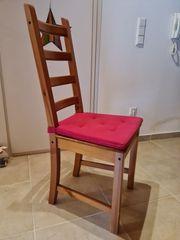 Stuhl mit hoher Lehne und