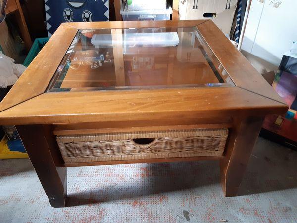 besonderer Wohnzimmertisch aus Holz Glas