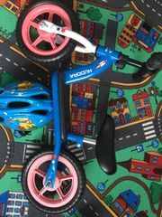 Laufrad Hudora mit Fahrradhelm