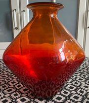 Große alte Vase in rot