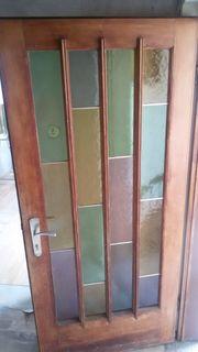 Alte Holz-Haustür mit buntem Glas