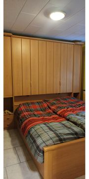 Schrank und Bett