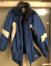Jacke und Hose mit Trägern