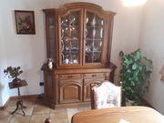 Glasvitrine und Esstisch mit Stühlen