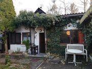 Kleiner Garten mit Steinhaus