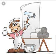 Maler hilft bei Renovierungsarbeiten