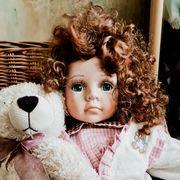 Poezellanpuppe mit Teddybär