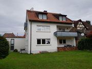 Mehrfamilienhaus und Abrissgebäude im Ortskern