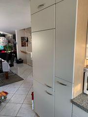 U-Form Küche mit Elektrogeräten ab