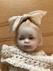 Puppe klein mit Schleife im
