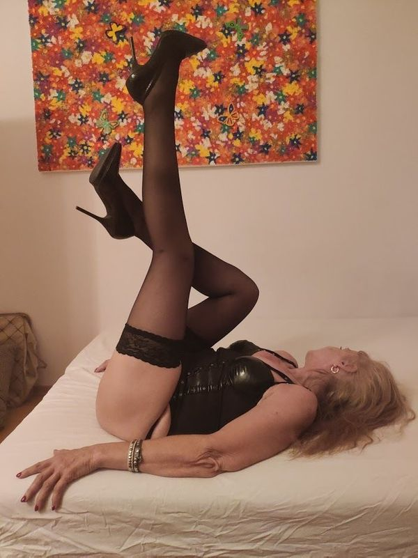 Langbeindige 64 Jährige blonde Lady