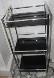 Badregal mit schwarzen Glasböden