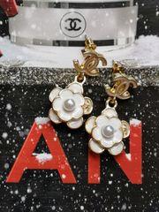 Elegante CC Kamelien-Perlen Ohrringe