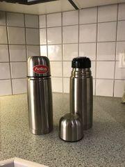 Zwei Thermosflaschen aus Edelstahl und