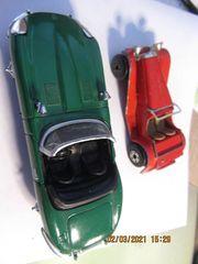 Zwei alte Model Autos