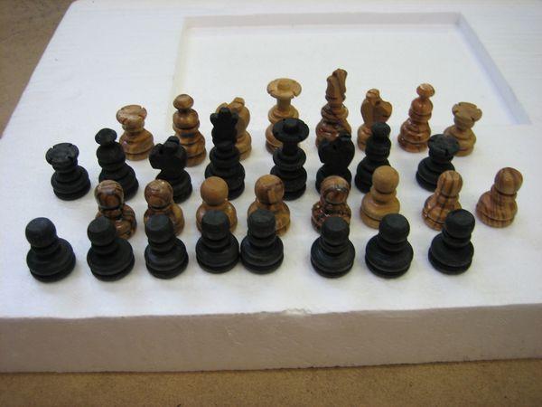 Schachfiguren aus Olivenholz