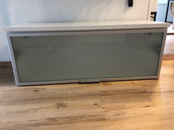 Moderne Sitzbank in weiß