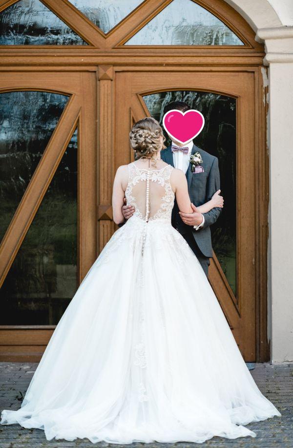 Hochwertiges Brautkleid passende Accessoires können