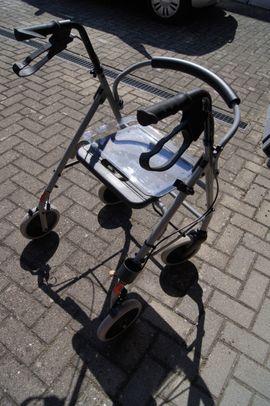 Medizinische Hilfsmittel, Rollstühle - Rollator mit Essen-Tablett und Stockhalter