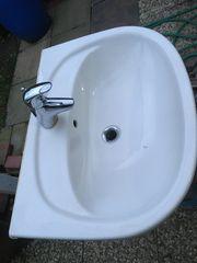 Waschbecken mit Wasserhahn