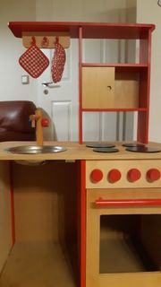 Kinderspielküche aus Holz und viel