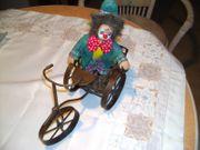 Clown auf Metallwagen