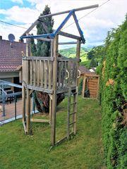 Spielturm mit Schaukeln