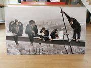 Leinwand Schimpansen auf Wolkenkratzer