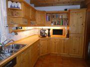 Schreinerküche mit Geräten und Ecktruhenbank