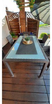 Gartenstühle mit Glastisch